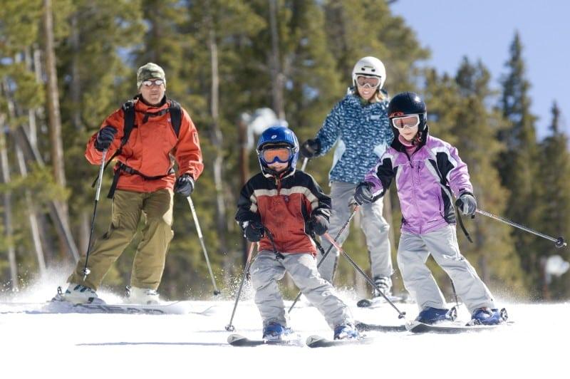 Família esquiando