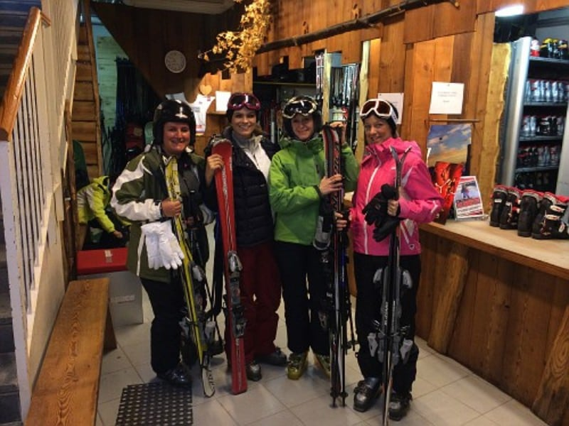 Galera pronta para esquiar