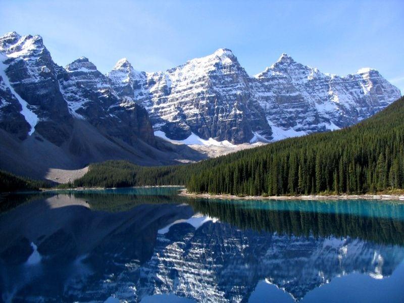 Montanha neve e lago