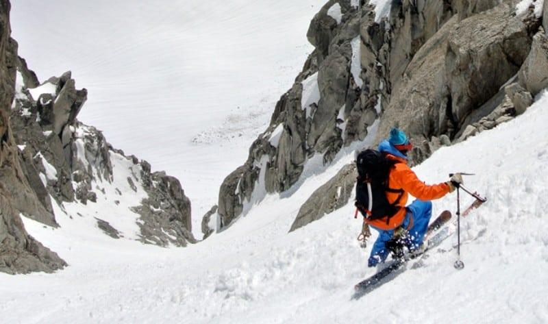 Esquiador com casaco laranja