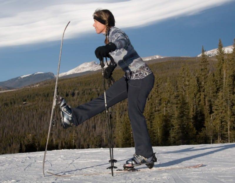 Esquiadora alongando
