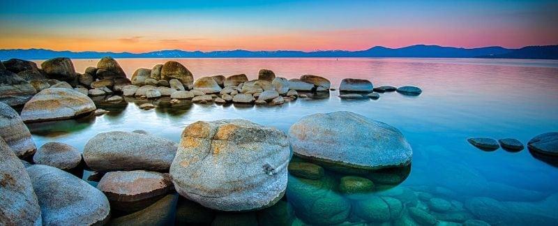 Pedras e lago